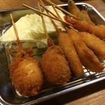 霞 -                              串揚げ 左から鮭のクリームコロッケ 20円×2本、それ以外は80円均一、鶏ささみ×2本、サーモン×2本、ししとう×1本、えび×1本