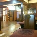 料理旅館 清八楼 - 内観写真:老舗らしく昔ながらの重厚な柱