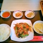 麺菜家尾いけ - 細切り豚肉と玉葱の甘辛炒め