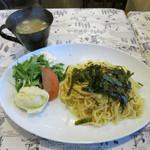 カフェ みつばち - タラコの月見納豆やきそば 800円