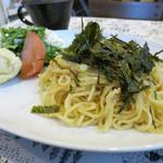 カフェ みつばち - 荒川製麺の蒸し麺とタラコを和えてます