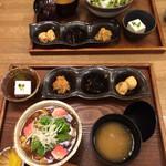 47329149 - 豆腐と甘くないお豆さんのあんかけ丼です。このセットにドリンクがついて千円です。