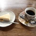 47330422 - ベイクドチーズケーキとコーヒー