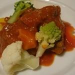 モンペール - 仔羊肩肉の柔らかトマト煮込み、季節の温野菜と共に
