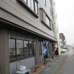 川常 - 道路沿いのお店