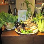 4735259 - 野菜がいっぱいの店内!