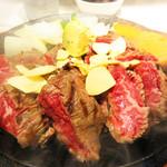 立ち食い一番ステーキ - ウリは、1グラム6円の一番ステーキです。一番ステーキ300g/1800円。 ニンニクチップとハーブバターがトッピングされてます。