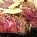 立ち食い一番ステーキ - お肉は表面を焼き付けただけの、かなりのレア状態です。