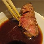 立ち食い一番ステーキ - 鉄板皿の上で適宜に焼き転がして、卓上の銘々ダレにつけて頂きます。 お肉は、赤身肉のパサパサに硬いやつかなと思っていたら、思ったよりずっと柔らかーい♪