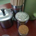 栄養軒 - 卓上はニンニク、胡椒とシンプル