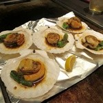 お好み鉄板焼き とんぼ - 貝付きホタテのバター醤油炒め