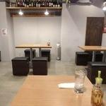 沖縄ワインダイニング - 日本蕎麦の老舗が今風に改装したような 雰囲気