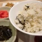 沖縄ワインダイニング - ヒジキご飯と色いろな小鉢付き