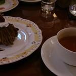 モッチモパスタ - デザート(お店のおまかせ)奥:抹茶ムースのケーキ、手前:チョコのモンブラン