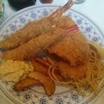 エンドレス - 海老フライ、イカフライ、サーモンフライの盛り合わせ