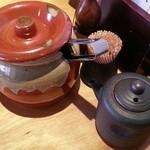 地料理の店 ごんきち - テーブル。壺は高菜 2016.2