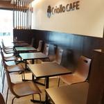 47368657 - 店内、入ったところは、2人掛けのシックなテーブルが並ぶ、機能的な空間です
