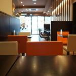 クリオロ カフェ - 座った席から見た、入り口方向の風景、とてもオシャレです