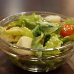 クリオロ カフェ - サラダも野菜を厳選されています、美味しい野菜たちです
