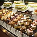 クリオロ カフェ - ケーキのショウケース、いただいた「キャラメル・ショック2」は、右から3番目です