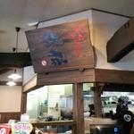 博多ラーメン 琥家 - 店内レジ上の看板