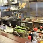 洋食屋 カーネリアン - カウンターの真正面が厨房だ