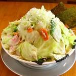 つけ麺 おんのじ - 【味噌野菜らー麺 一撃盛り】野菜が1キロ以上乗ってます。麺大盛まで無料です。