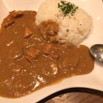 BARRIO - ココナッツカレー、サラダ付きで税込600円!