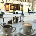 カフェラ - 愛車を見ながらコーヒーブレイク