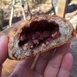 パン ド ムシャムシャ&コーヒー - 小豆くるみあんぱん(220円)、素朴な粒あんギッシリ