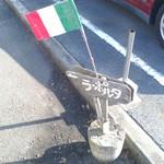 ラ・ポルタ - 2015/12 国道135号線沿いの魚磯寿司さんの駐車場、そのすぐ横の入口両脇にこの小さな看板と伊国旗が立てられてました