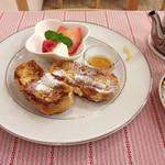 ティーハート - 控え目な量のフレンチトースト、シナモンチャイは2杯分