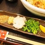 うどん 兎麦 - 全部入りぶっかけ(薬味)