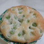 フィセル - 枝豆パン100円、枝豆をたっぷり練りこみ岩塩をふりかけて仕上げたビールにピッタリのパンです。