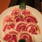 かぎかっこ新鮮焼肉 - かぎかっこの 豚カルビを食べてない人は 人生の半分を損している 塩と胡椒で食う豚カルビは 絶品です