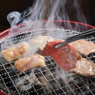 七輪の上でジュージューと♪[炭]火で華[咲く]極上肉!