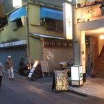 koreAn diNing GOMAmura - 50m先に1Fお好み焼き・2F居酒屋3F・アイリッシュ・パブのビルがあります。その脇道を入ってすぐ左1Fになります