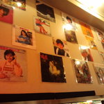 渋谷歌謡酒場 - 店内にはたくさんのEP盤のジャケットが貼ってあります