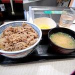 吉野家 - 並(380円)・玉子・みそ汁。