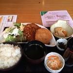今昔屋敷 蔵 - 煮込みハンバーグ&コロッケ定食。       税込950円。       美味し。