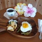 コナ・コナ・カフェ - 料理写真:Kona Kona Cafe'のオリジナルロゴの入ったカップやパイナップル・亀の木の器が何とも可愛らしいでしょ?!