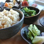 玄米や・きっちん - 料理写真:八ヶ岳でとれた無農薬・減農薬野菜たっぷりの日替わり定食。玄米は、無農薬です。