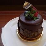 47419983 - バニラショコラ。全体にかかってるチョコ、周りのパリパリ薄いチョコ、下のタルトにもチョコ、とチョコ満喫。