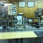 紅葉堂 - 店内のもみじ饅頭製造所