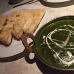 インドラディップ - ほうれん草チキンカレーとチーズナン