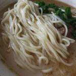 みかちゃんラーメン - やや白肌の色合いをした麺は、自家製で低加水のストレート麺