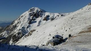 根石岳山荘 - 天狗岳と右手前に根石岳山荘