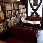ポエム - 入って右側のソファ席横には、たくさんの本が