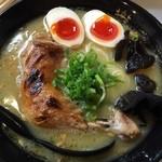 鶏王けいすけ - 鶏王らーめん味玉入り(鶏白湯 )920円  骨つきチキンののった濃厚鶏白湯をいただきました。結構こってりです。 ランチは麺大盛りかライスサービスあり。