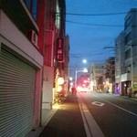 ぎょうざ処 高辻 亮昌 - 店の前の通り